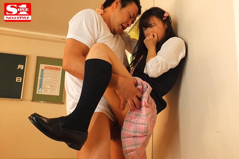 """SSNI-789:高中辣妹""""吉冈ひより""""主动骑在同学爸爸的巨根上,激烈套弄!"""
